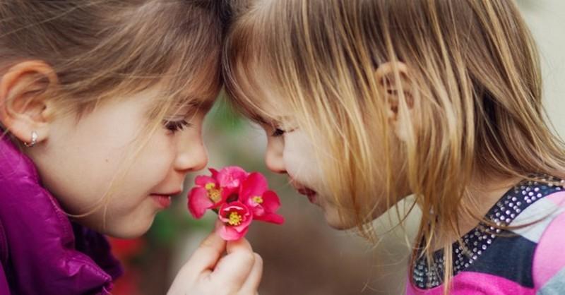 Ako pomôcť deťom upevňovať zmysluplné priateľstvá: Nielen byť dobrým, ale tiež KONAŤ dobro