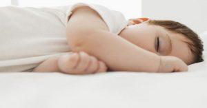 Ako ochrániť deti pred horúčavou (a uľahčiť im zaspávanie)