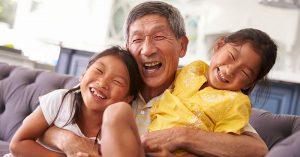 Chceli by ste, aby vaši rodičia žili čo najdlhšie? Výsledky štúdie hovoria jednoznačne: Nechajte ich opatrovať vaše deti!