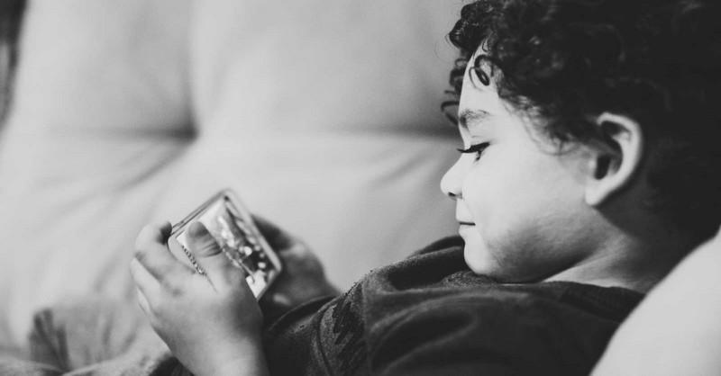 """Keď sa dieťa sťažuje, že je """"jediné"""", čo nemá mobil"""