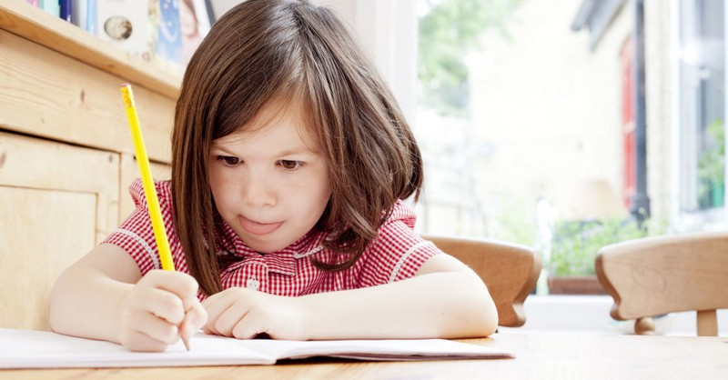 Ako prestať robiť úlohy za vaše dieťa a nezblázniť sa