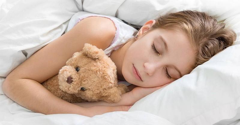 Vedci preukázali, že deti treba do postele ukladať zavčasu