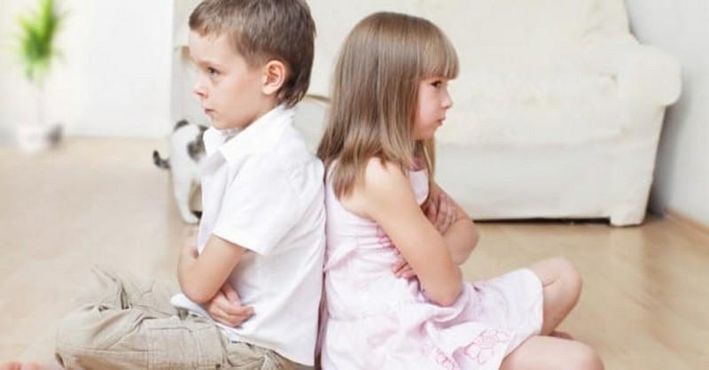 Súrodenecká rivalita: Moje deti sú stále v sebe. Ako im pomôcť?