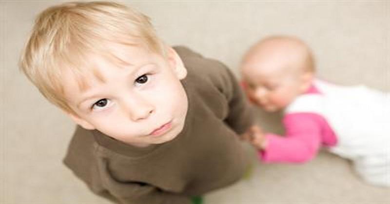Ako postupovať, keď starší súrodenec žiarli na novorodenca?