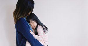 Prečo sa vaše dieťa správa vo vašej prítomnosti horšie (a ako ho upokojiť)