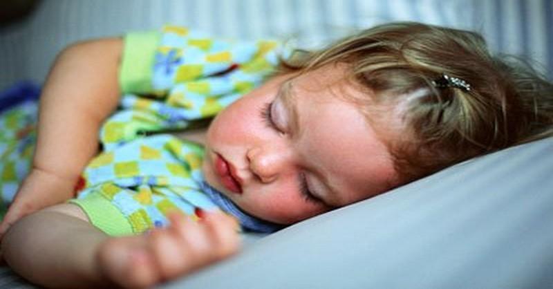 10 krokov k tomu, aby sa vaše dieťa naučilo spať samo vo vlastnej posteli