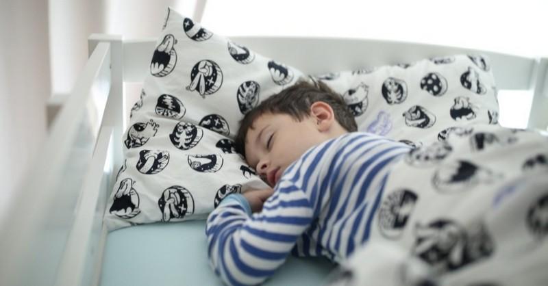 Keď sa dieťa v spánku stále pomočuje (5 tipov, ako tomu predísť)